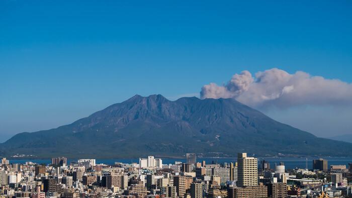 """鹿児島県が「温泉天国」と呼ばれていることをご存知ですか?鹿児島のシンボル""""桜島""""をはじめ、県内には今も活発に活動を続ける火山がいくつもあります。そのため、魅力的な温泉地が各地に点在しているんです。"""