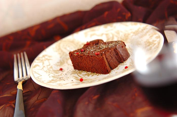 ガトーショコラをパウンドケーキ型で焼き上げてお皿に盛り付ければ、コースのデザートで出されるケーキのよう。 チョコレートをたっぷり使った濃厚ガトーショコラは、胡椒と粗塩をかければワインとの相性抜群。味が馴染んでしっとり感が増スので、一晩冷蔵庫で寝かせてから頂きましょう。
