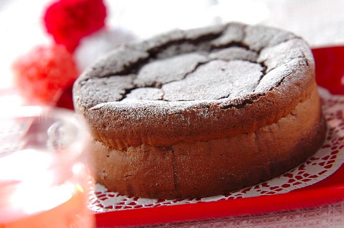クリスマスケーキはイチゴのショートケーキと決まっているわけではありません。今年は、ガトーショコラ でシックなクリスマスを過ごしませんか? ガトーショコラは、スポンジケーキと違って、多少膨らまなくても美味しく頂けます。生クリームとイチゴを添えてお皿に盛り付ければ立派なクリスマスケーキになりますよ。