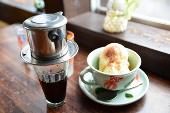 キナリノの読者さんにおすすめなのは、コンデンスミルクと一緒に楽しむベトナム式コーヒーのドリッパーです。レトロさのある形状は、飾っておくだけでも異国の雰囲気を演出してくれます。ちょっと珍しいドリッパーをお探しの方におすすめ!