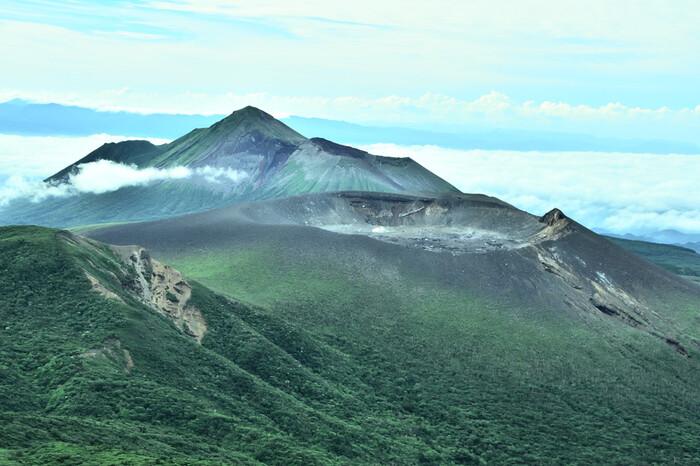 【霧島温泉郷】は霧島連山の南西部に点在する温泉地の総称。標高600~850mの高さにあり、山々に抱かれた雄大な景色を堪能できます。
