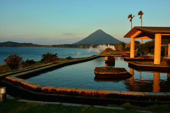 指宿・霧島・鹿児島市内など、多くの観光客が訪れる温泉地は、どれもエネルギッシュで個性的。大パノラマが広がる露天風呂、森の中の貸切風呂など、豊かな自然に抱かれてリフレッシュできますよ。そんな鹿児島の温泉をまとめてご紹介していきましょう!