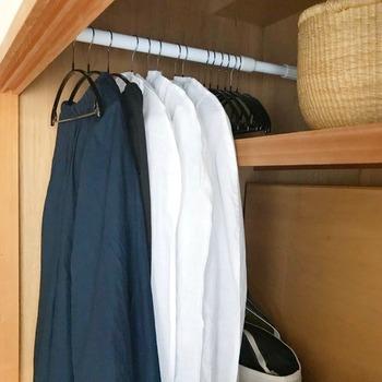 押入れやクローゼットの収納力をアップしたい場合、手軽にできるのが「突っ張り棒」を使ったアイデア。 洋服は重みがあるので、耐荷重の高い突っ張り棒を選びましょう。