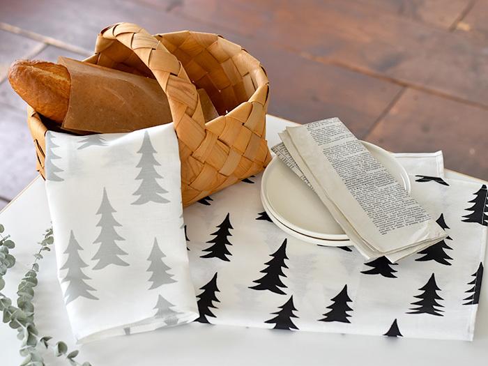 スウェーデン発のブランド「FineLittleDay(ファインリトルデイ)」を代表するデザイン、GRAN(グラン)のティータオル。ランダムに描かれたモミの木が楽しく、ほっこりと温かい気持ちになります。お皿を拭いたりランチョンマットにしたりカゴの目隠しにしたり…と実用性も◎。綿50%・麻50%で洗うごとにくたっと柔らかくなっていくのも魅力的です。
