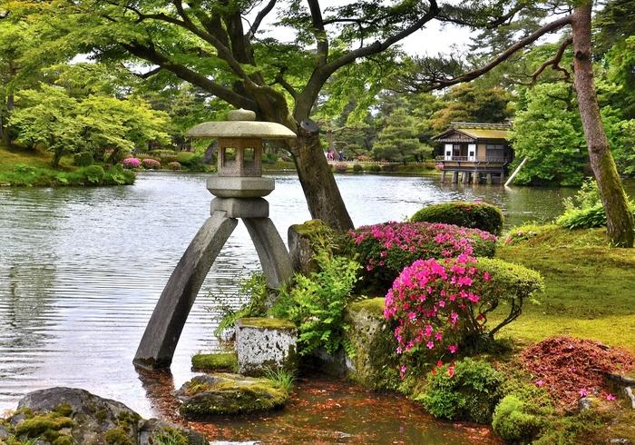片足だけ池の中に入れた二本足の灯籠で、兼六園のシンボル的存在である「徽軫灯籠(ことじとうろう)」は、高さは2.67mもあり。記念写真のスポットとして大人気。