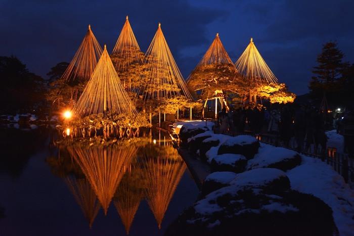 この光景を観るために冬の兼六園を訪れる人も多い、兼六園名物の雪つりの光景。特にライトアップされた光景は幽玄で時間を忘れて魅入ってしまいそう。訪れる際は防寒対策を忘れずに。