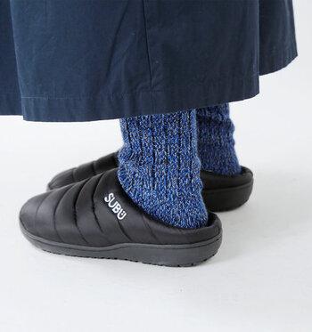 素足で履くほかに、もちろん靴下と組み合わせてもかわいい。もこもことした冬らしい靴下を組み合わせて、ちょっと新鮮な足元コーデを。
