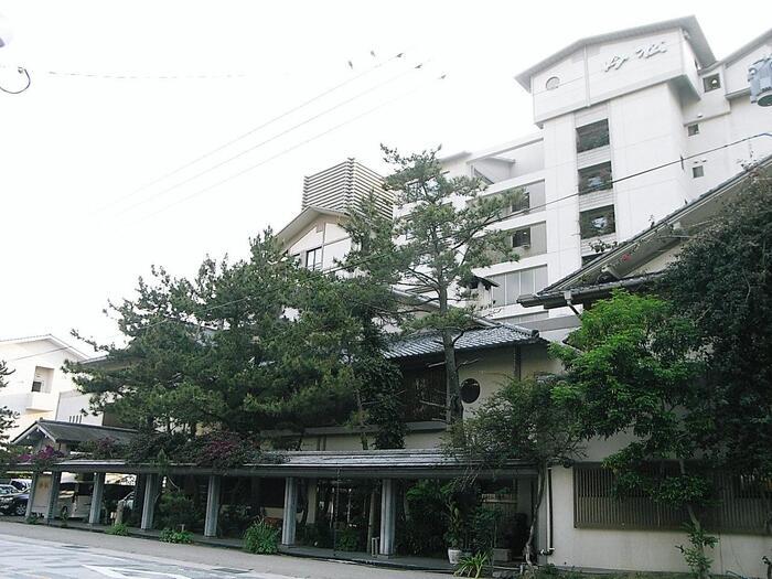 指宿の海岸沿いに建つホテル「吟松(ぎんしょう)」は、オーシャンビューが自慢のお宿。露天風呂付き客室や、温泉の熱を利用したちょっとユニークなお料理などが評判です。