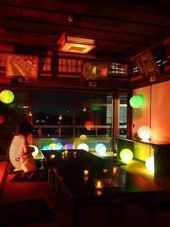 毎年9月の2~3日間秋の風物詩「飛鳥 光の回廊」では、明日香村の代表的な史跡やお寺を夜のライトアップと約2万本のろうそくで彩るイベントが行われます。写経道場内も提灯の優しい光に照らされ、いつもとは違った厳かな雰囲気を感じることができます。