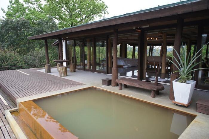 東京ドーム13個分の広大な敷地の中に、わずか5棟のヴィラが点在する高級プライベートリゾート「天空の森」。ヴィラのテラスにはこんなに素敵な露天風呂が付いています。それぞれのヴィラが距離を置いて建っているので、自分たちだけの空間でのびのび過ごせます。