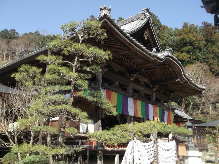 「岡寺」は2019年5月、日本最古の巡礼として知られる「西国三十三所」のうちの第7番目として文化庁から日本遺産に認定された、創建1300年以上の歴史あるお寺です。本堂には重要文化財であるご本尊の如意輪観音坐像が安置されていますが、その大きさは約4.85mほどもあり、見事な存在感から日本三大仏の一つともいわれています。