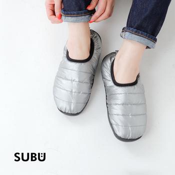 「SUBU」の特徴は温かな肌触りと、足にフィットする履き心地です。夏のサンダルのように気軽に履けて快適に過ごせるから、季節を忘れて素足で気持ちよく過ごしたくなります。