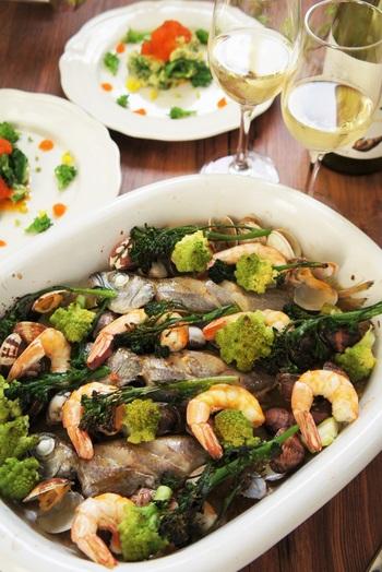 白身魚・海老・あさりなどの新鮮魚介に、華やかなロマネスコなどを合わせたアクアパッツァ。白ワインをたっぷり注いで、リッチな味わいに。プチトマトなど加えるのも鮮やかでいいですね。