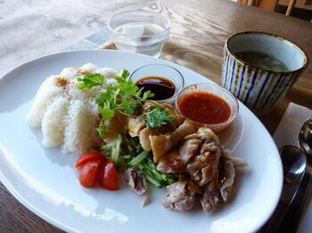 ランチには海南鶏飯(ハイナンチキンライス)が人気メニューとして知られており、売り切れてしまうこともしばしば。 ふんわりと蒸された鶏の柔らかい食感を楽しむことができます。