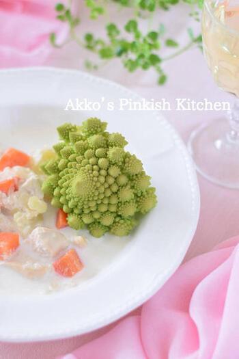 炊飯器の保温機能で作る、ほったらかしシチュー。コサージュのように美しいロマネスコを飾って、完成です。