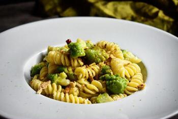 ロマネスコを柔らかく煮くずしてパスタソースに。イタリアではポピュラーな野菜のようです。柔らかいロマネスコにアンチョビなどでうまみを増したソースが、パスタにからんで絶妙なおいしさです。