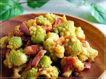 さっぱりしたロマネスコとコクのあるベーコンを、ニンニク風味のおかか炒めに。ロマネスコを固ゆでしてから炒めるのがコツのようです。