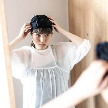 シルク製のナイトキャップの場合、シルク特有の保湿成分の効果により、頭皮と髪の毛の乾燥を防ぐことができます。寝汗を吸収しつつ蒸れを防ぐ吸湿成分もあり、髪にいいことだらけ。つやつやの美髪を保つことができます。