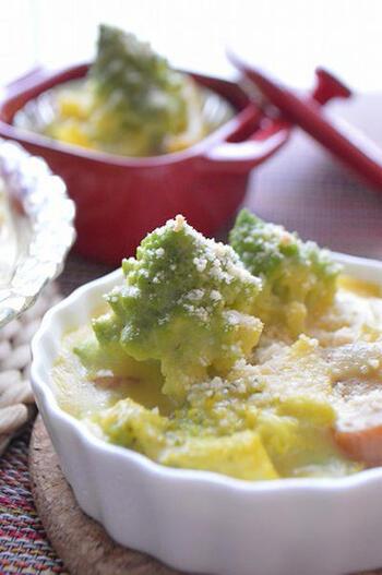 ロマネスコを一度グラタンソースにくぐらせ、取り出しておきます。そして、もみの木のようにグラタンに立て、粉チーズの雪を降らせます。あとは、オーブントースターで焼くだけで完成。