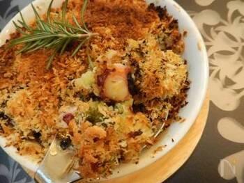 ロマネスコ・カリフラワー・タコなどに、アンチョビやローズマリーなどを加えたパン粉をかけて、オーブンでこんがりと焼きます。カリッカリの食感も面白い!メイン料理にも、おつまみにも。