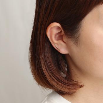 繊細な片耳用バータイプは、一捻り効かせつつもナチュラルで、ひとつでも重ね付けでも可愛いアイテムです。