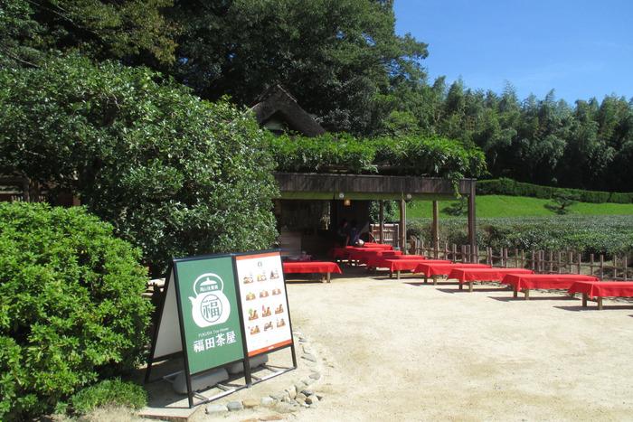 昭和21年創業の「福田茶屋」。後楽園の茶畑の前に野点もあり、お茶や名物のきびだんごなどで、ゆったりとティータイムを満喫できます。お土産屋も併設されているので、ショッピングもできて便利。