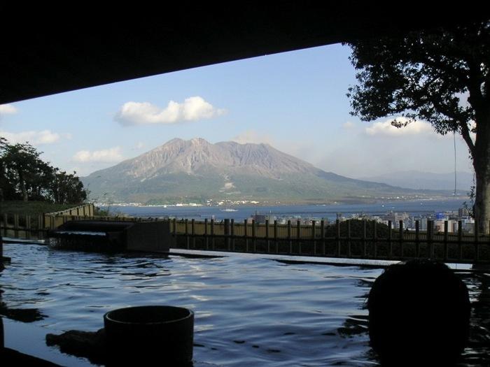 展望露天温泉「さつま乃湯」から見える桜島は、まるで絵に描いたよう。鹿児島らしい絶景を堪能できるのが嬉しいですね。朝風呂に入りながら、朝日を浴びる桜島を眺めるのもおすすめです。