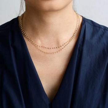 こちらはロングタイプの華奢なゴールドネックレスを二重巻きにして着用。同じネックレスを2つ重ねているように見えて統一感があるので、おすすめのテクニック。