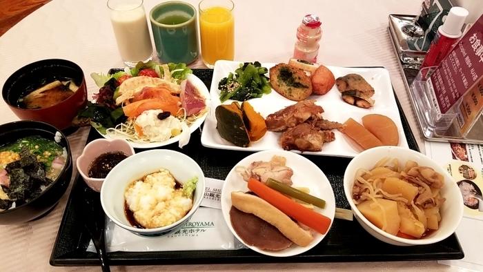 """実は「SHIROYAMA HOTEL kagoshima」は、全国の""""朝食が美味しいホテルランキング""""でトップクラスに入るほどの有名ホテル。80種類以上の和洋ブッフェ料理がずらりと並び、鹿児島産の旬の食材もたっぷり味わえます。"""