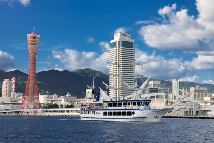 港の景色が美しい神戸。海だけでなく、六甲山も間近にそびえていて、山手には異人館街もあります。