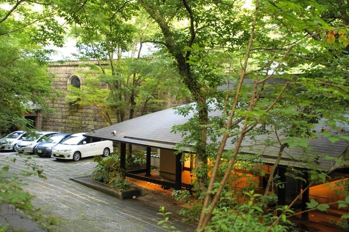 「妙見石原荘」は渓流に沿って約1万坪もの敷地が広がる高級温泉ホテル。昭和初期の石造りの建物を移築した「石蔵」や、趣きの異なる5つの温泉など、静謐で上品なホテルステイを満喫できます。