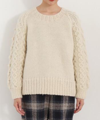 ネパールで手織りされたアラン柄のセーターです。袖のボリューム感が可愛らしく、裾に幅広く織られたリブもポイントになっています。
