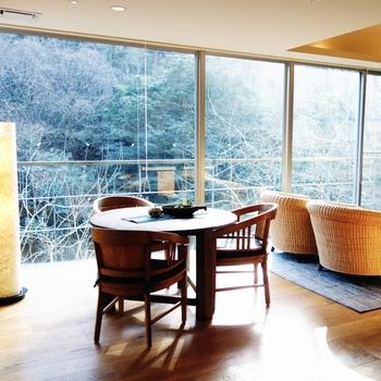 石蔵の中にあるお部屋は、全て露天風呂付きの和モダンな客室。窓いっぱいに天降川の景色が広がり、明るく開放的な空間です。カップル旅にぴったりですね。