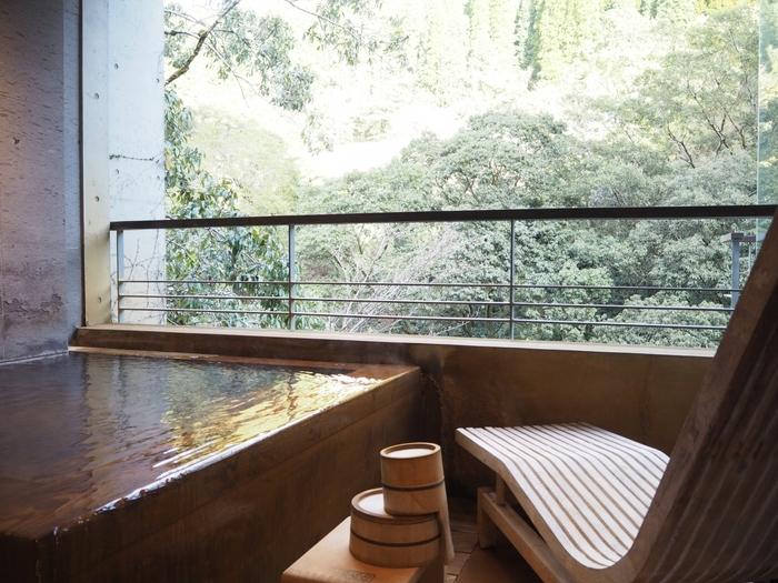 テラスの露天風呂も木の温もりが感じられるリラックスした雰囲気。カウチに寝そべってのんびりするのもおすすめですよ。