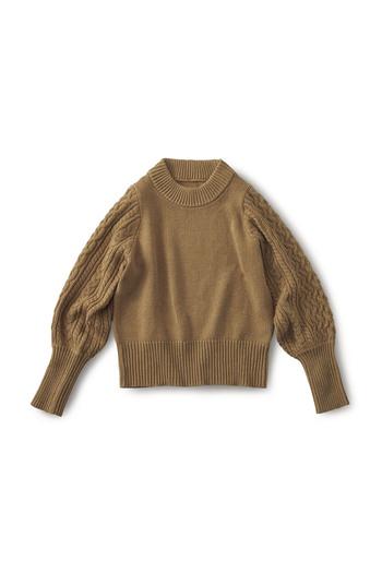 大人っぽいキャメル色のセーターは見ごろはプレーンなつくりです。ボリュームのある袖は手首部分を長めにリブ編みしてあり、スッキリと着こなすことができます。