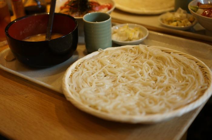 """➀『稲庭うどん 七蔵特製スープつけ麺』。➀に""""ミニ丼""""(ばらちらしやまぐろの漬けなど5種からチョイス)をプラスする『稲庭うどん 七蔵特製スープつけ麺+ミニ丼のセット』(画像)。"""