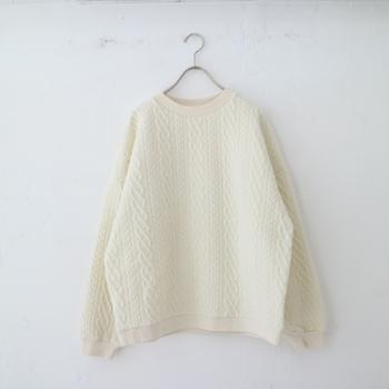 綿とポリエステルで出来たプルオーバーはアラン柄がキルティングで表現されています。たっぷりとした身幅とドロップショルダーが特徴です。