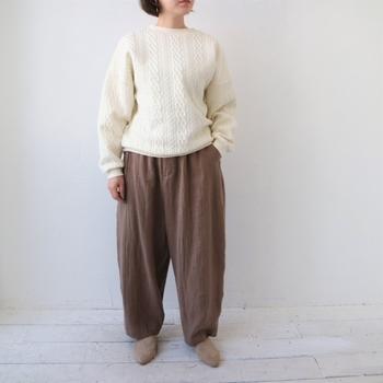 ゆったりとしたパンツに合わせてリラックスしたコーディネートです。手首や裾に寄ったしわも表情豊かで温かみがあります。