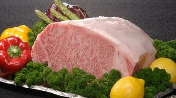 お値段は控えめでもお肉の質は最高品質。全席に鉄板が設置してあり、シェフが目の前で焼き上げてくれます。