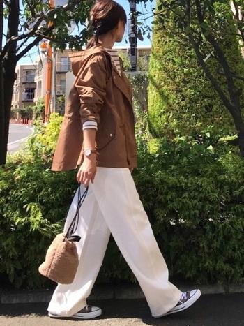 白のワイドパンツにブラウンのマウンテンパーカーを合わせたフレンチカジュアルスタイルです。インナーもアウターと同色系にすることで統一感が生まれ、さらにふわふわバッグでウォーム感をプラス。