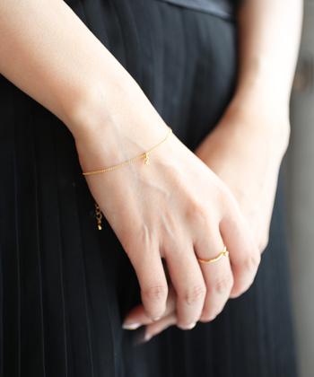 一粒ダイヤがキラリと光るブレスレットも大人の品格を上げてくれるアイテム。手首が華奢に見える極細チェーンで、手元を綺麗見せ♪