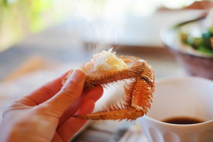 本題ですが、「浜ゆでカニ」の食べ方も、基本的には先に述べたCASE2.の「ボイル冷凍ガニ」の食べ方と同じ。  CASE2.の上でのご説明をご参照くださいね。(二度茹ではオススメしません)