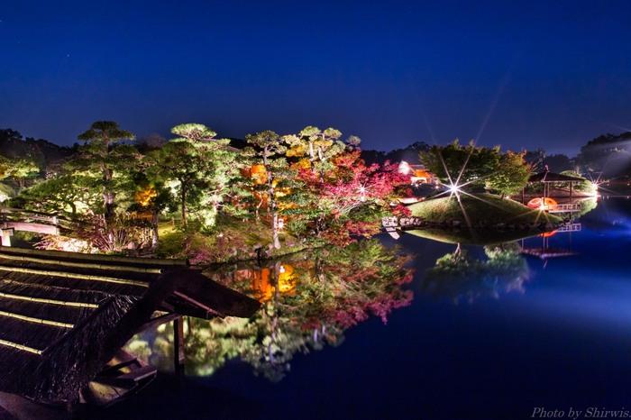 他にも唯心山や池の周囲など、紅葉の絵になる光景が園内のあちこちで観られます。そして夜になればライトアップされた幻想的な光景が展開され、昼間とはまた違った趣に。