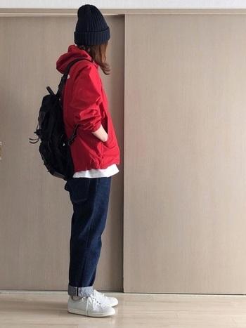 赤のマウンテンパーカーにデニムを合わせたボーイッシュスタイル。裾をロールアップしてアメリカンカジュアルテイストに。パーカーの下から覗かせた、白Tとスニーカーで明るさを加えています。