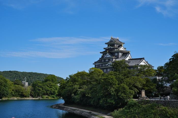 岡山後楽園から 0.3 km、岡山市北区にある国指定史跡「岡山城」。天守台は、不等辺五角形の全国的にも珍しい形状をしていて、日本100名城、日本の歴史公園100選にも選ばれており、別名、烏城(うじょう)、金烏城(きんうじょう)とも呼ばれています。