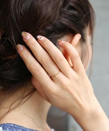 シンプルな一粒ダイヤが光る細めリングは、毎日身に付けるスキンジュエリーとして最適。手元に気品が感じられます。