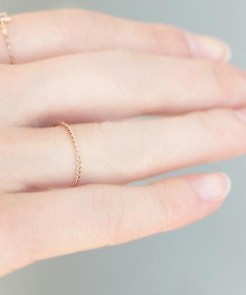 肌に溶け込むような柔らかいゴールドのツイストデザインもスキンジュエリーとしておすすめ。品があり大人の女性にぴったりです。