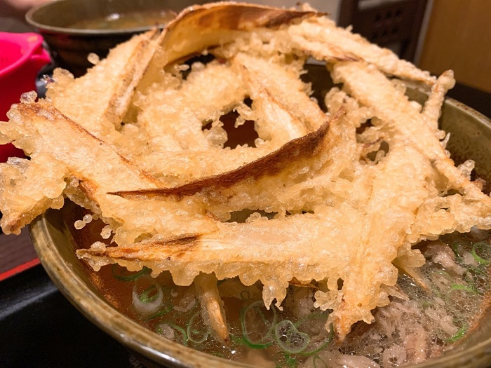 画像は『ごぼう天』に牛肉を加えた『肉ごぼう天』。天ぷらの揚がるタイミングと麺の茹で上がりをきちっと合わせてお客さんに出しています。ごぼう天はつゆに浸されていないから、サクッとした歯触りも楽しめる♪