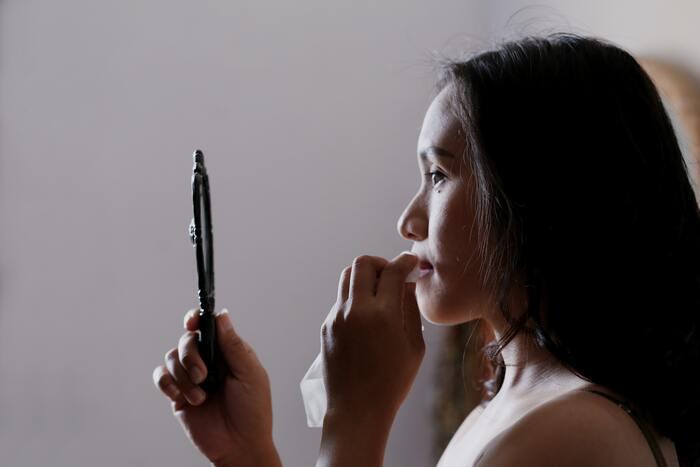 唇に汚れや油分が付いていると、クリームの効果が発揮されません。食事の後などは特に、ティッシュで唇をきれいにしてから塗りましょう。