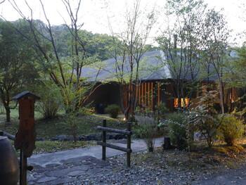 さつま町の紫尾(しび)という場所は、紫尾神社の下から温泉が湧いたことから「紫尾温泉」と呼ばれています。そんなご利益のありそうなお湯を楽しめるのが、全室温泉付き離れの宿「紫尾庵」です。